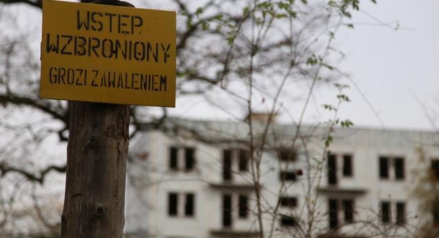 W większości wtęp do pustych budynków jest zabroniony ze względu na ich zły stan techniczny