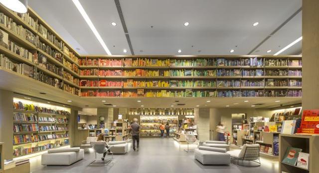 Nowoczesna biblioteka z przestrzenią publiczną w centrum handlowym w Rio de Janeiro  autor: STUDIO ARTHUR CASAS